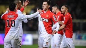 I giocatori del Monaco esultano dopo un gol.
