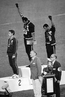 Tommie Smith e John Carlos alzano i pugni neri sul podio di Città del Messico 1968
