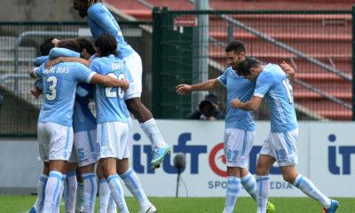 I giocatori della Lazio esultano dopo il 2-3 con l'Udinese