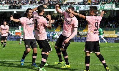 I giocatori del Palermo esultano dopo un gol