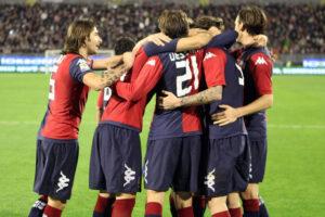 L'abbraccio dei giocatori del Cagliari dopo il gol dell'1-0