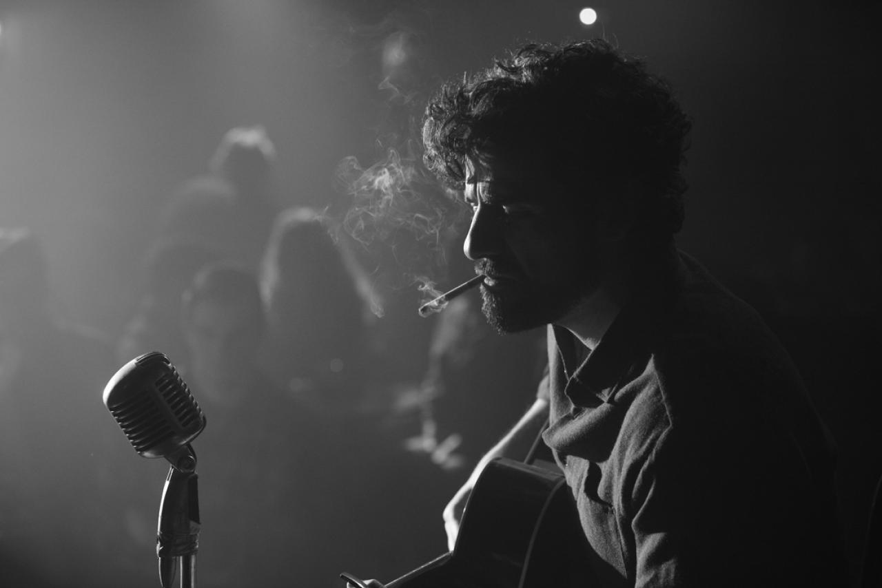 Oscar Isaac nei panni di Llewin Davis, un musicista folk bravissimo e squattrinato