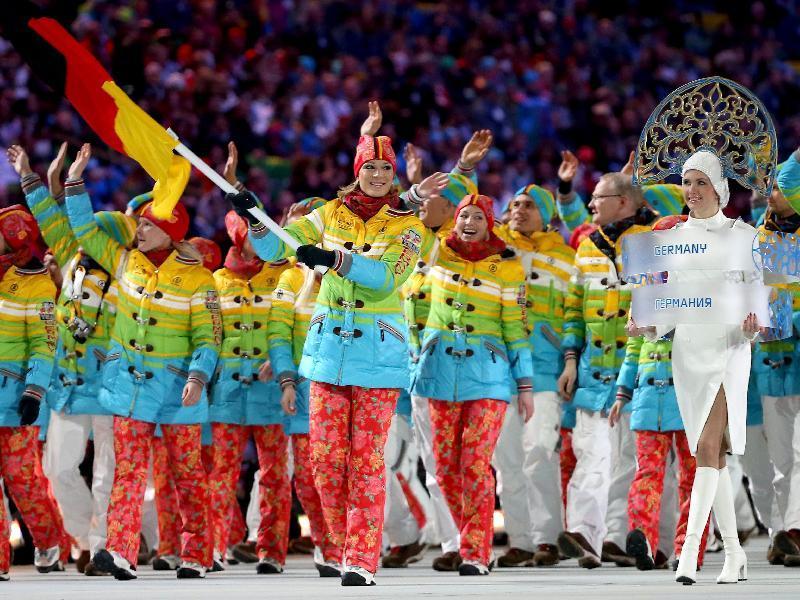 Sochi: La squadra tedesca sfila con la divisa-arcobaleno