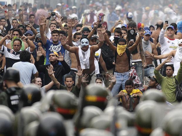 La protesta contro il presidente Maduro infiamma il Venezuela.
