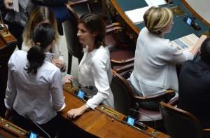 Alcune deputate hanno deciso di indossare abiti bianchi per difendere gli emendamenti sulla parità di genere.