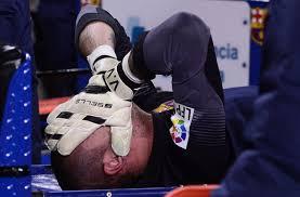 Victor Valdes, stagione finita per il portiere spagnolo che dice addio ai Mondiali per un infortunio al ginocchio