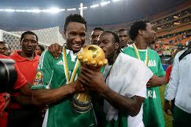 John Obi Mikel e Victor Moses festeggiano la Coppa d'Africa vinta dalla Nigeria nel 2013.