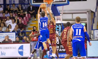 Drake Diener in azione con la maglia del Banco di Sardegna Sassari.