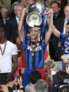 Chivu alza al cielo la Champions League
