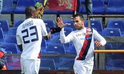 Sau ed Ibarbo festeggiano dopo il gol del pareggio con il Genoa