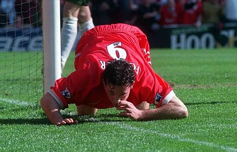 1999: Robbie Fowler festeggia il gol fingendo di sniffare la linea di bordo campo