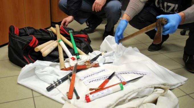Tipico arsenale da ultrà. Nella foto, quello sequestrato dalla polizia lo scorso novembre ai supporter del Como