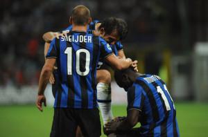 Milan-Inter 0-4: Sneijder e Muntari festeggiano il quarto gol, firmato da Stankovic