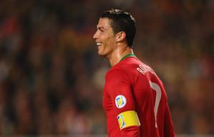 Ronaldo con la maglia del Portogallo.
