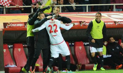 Mbia esulta dopo un gol in Europa League con la maglia del Siviglia