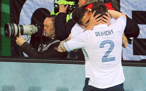 Il bacio fra Giroud e Debuchy
