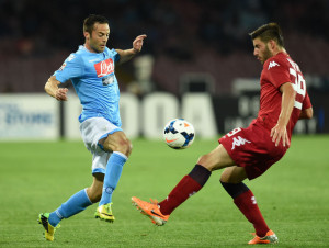 Napoli-Cagliari 3-0: un contrasto di gioco tra Murru e Mesto