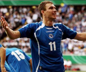 Edin Dzeko festeggia un goal con la Bosnia.