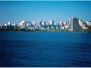 Panoramica di Porto Alegre dal lago Guaiba.