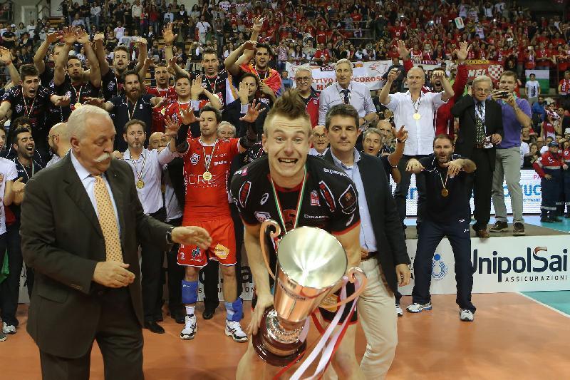 Ivan Zaytsev con la coppa, I biancorossi sono campioni d'Italia