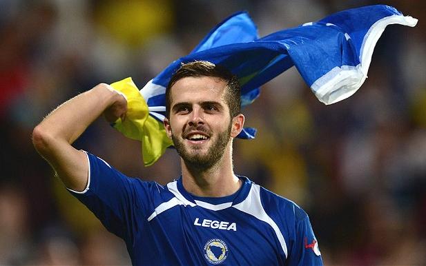Miralem Pjanic festeggia con la bandiera della Bosnia.