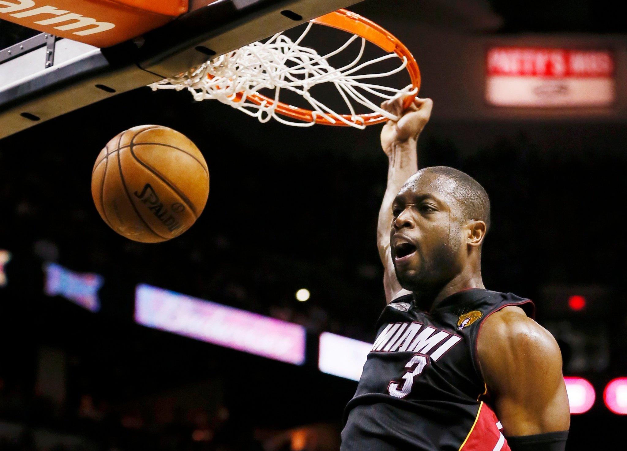 """Dwyane Wade, 32 punti che cancellano """"King James"""" al suo ritorno a Miami"""
