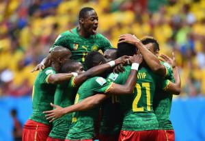 I giocatori del Camerun festeggiano dopo il gol del provvisorio pareggio sul Brasile