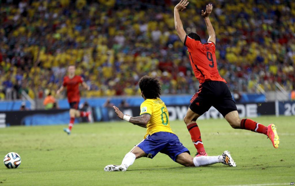La simulazione di Marcelo in Brasile-Messico 0-0