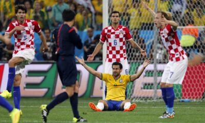 L'arbitro giapponese Nishimura fischia il penalty contro la Croazia
