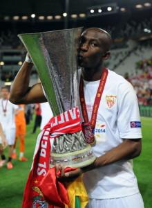Stephane Mbia con in mano l'Europa League, conquistata con la maglia del Siviglia