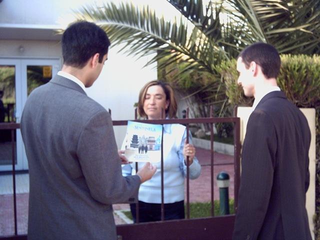 Due Testimoni di Geova evangelizzano il loro messaggio