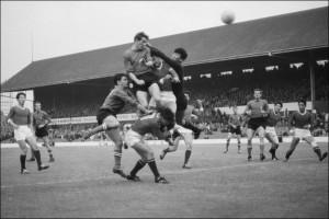 Barison ci prova di testa, ma l'Italia è fuori dai Mondiali 1966.