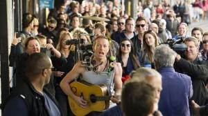 Chris Martin con i Coldplay nel video fatto in Australia