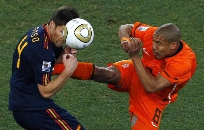 Fallo di De Jong su Xabi Alonso nella finale mondiale del 2010