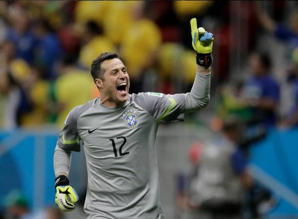Julio Cesar para due rigori e il Brasile accede ai quarti di finale