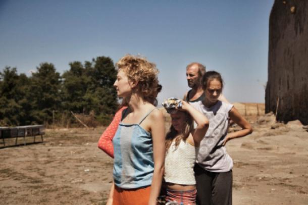 Alba Rohrwacher, madre della piccola Gelsomina, sul set del film Le Meraviglie insieme agli altri interpreti.