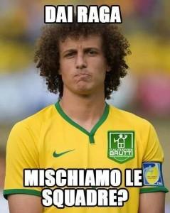 Uno sconsolato David Luiz vittima degli sfottò del web