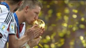 Germania: Schweinsteiger bacia la coppa