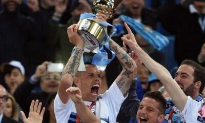 Marek Hamsik, capitano del Napoli, alza nel cielo di Roma la Coppa Italia conquistata lo scorso 3 maggio