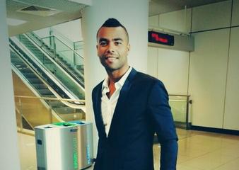 Ashley Cole è sbarcato a Roma per vestire il giallorosso