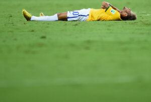 Neymar a terra dopo l'infortunio subito contro la Colombia