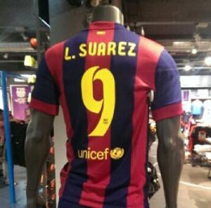 Le prime maglie di Suarez appaiono nei negozi di Barcellona.