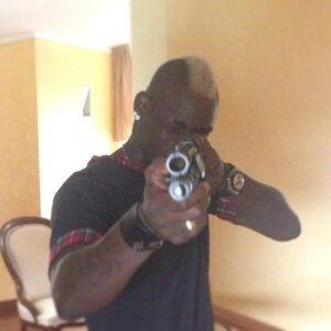 Balotelli con il fucile, foto messa su Twitter poco dopo la fine dei Mondiali