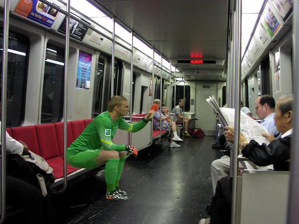 Cillessen comodamente seduto in metropolitana, tanto chi tira in porta?