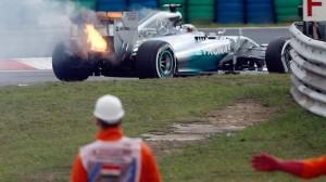 Nella foto: il guasto al motore di Hamilton
