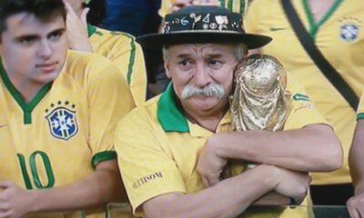 Un tifoso che piange per l'eliminazione della squadra di Scolari