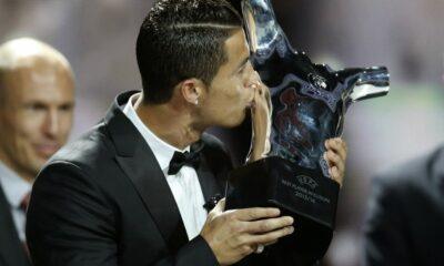 """Cristiano Ronaldo bacia il trofeo """"UEFA best player"""" consegnatogli a Monaco"""