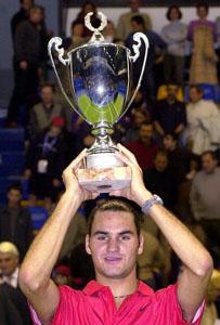 Roger Federer con il suo primo trofeo, conquistato nel 2001 a Milano