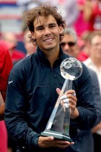 Rafa Nadal con il trofeo conquistato l'anno scorso a Toronto. Lo spagnolo non potrà difendere il titolo a causa di un infortunio.