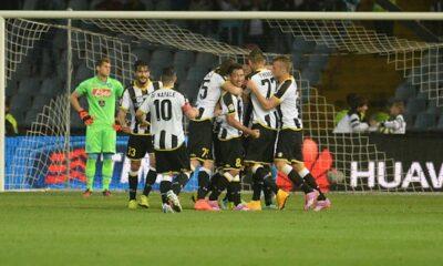 I giocatori dell'Udinese festeggiano la rete di Danilo, che mette ko il Napoli